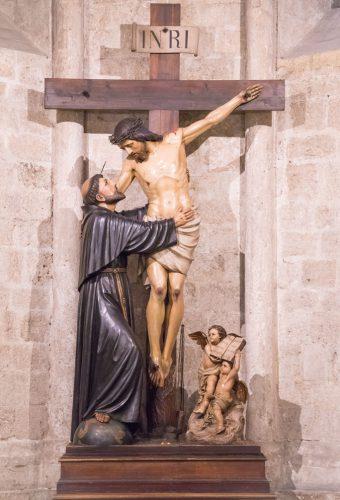 Statua di San Francesco con Gesù crocifisso