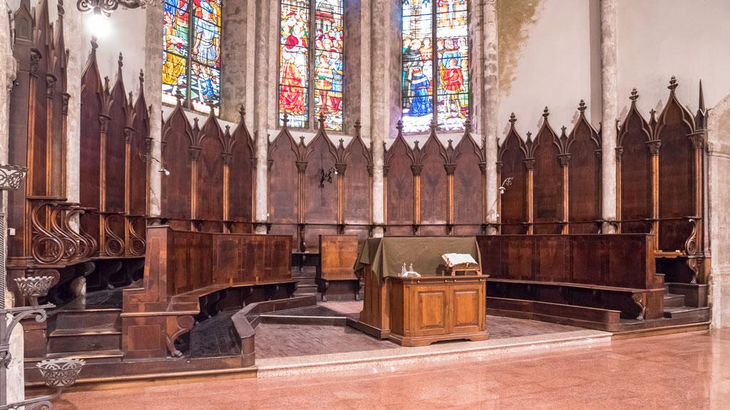 Il coro ligneo situato nell'abside