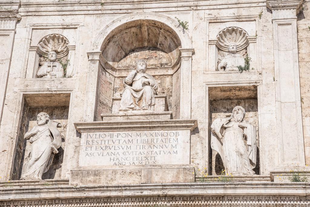 Parte superiore del portale su Piazza del Popolo