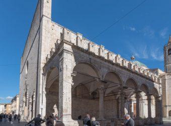 La Loggia dei Mercanti al lato della Chiesa