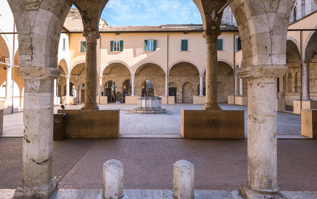 Intrecci architettonici nel Chiostro Maggiore