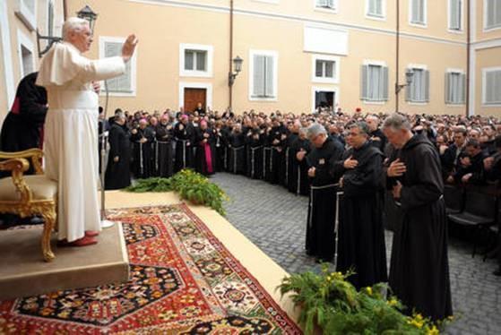 Il Papa Benedetto XVI benedice i frati, Castel Gandolfo, 2009